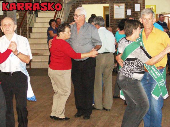 Muita-dança-e-diversão-nos-bailes-da-terceira-idade_Maica-Viviane-Gebing